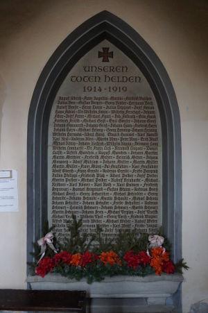 Je zjavné, že Kláštorný kostol je nemeckého pôvodu - Pamätník padlým hrdinom z 1. svetovej vojny