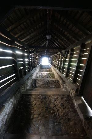 Kamenné schodisko s drevenou strechou vedúce na najvyšší kopec citadely