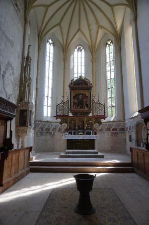 Hlavný oltár a kalich slúžiaci pre krstenie