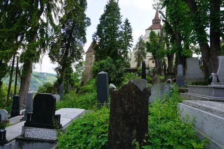 Náhrobné kamene na cintoríne a Kostol na kopci v citadele Sighişoary