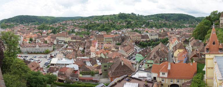 Výhľad z veže na Sighișoaru a okolie