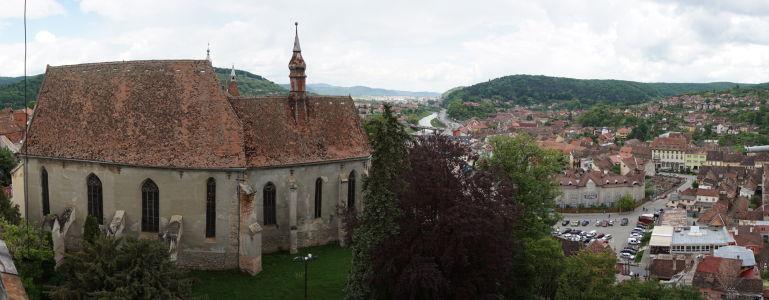 Výhľad z veže na Sighișoaru a okolie, vľavo Kláštorný kostol bez veže