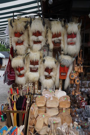 "Obchody s maskami čertov (""dracul"" v rumunčine znamená drak, ale aj čert)"