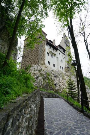Príchodová cesta k hradu Bran