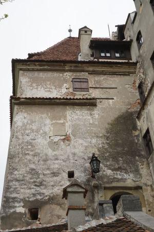 Zvyšky nemeckých nápisov na vstupnom portáli do Branu
