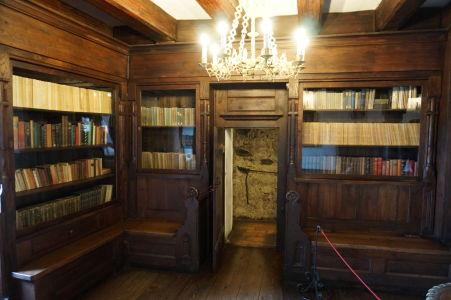 Tajná chodba ústi za týmito dverami knižnice