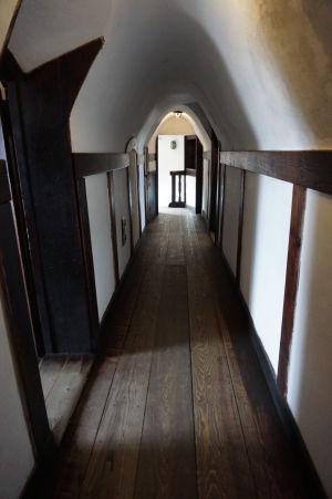 Chodby hradu sú úzke, ako sa na pevnosť patrí