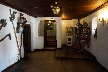 V hrade je aj pár expozícií, vrátane tejto so stredovekým brnením a zbraňami