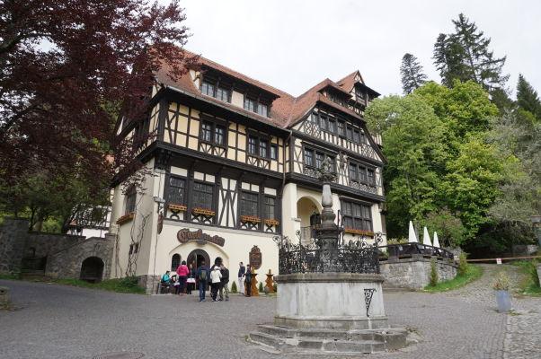 Jedna z miestnych reštaurácií a krčiem v bezprostrednej blízkosti zámku Peleš
