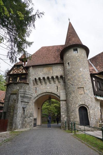 Brána do areálu zámku Peleš