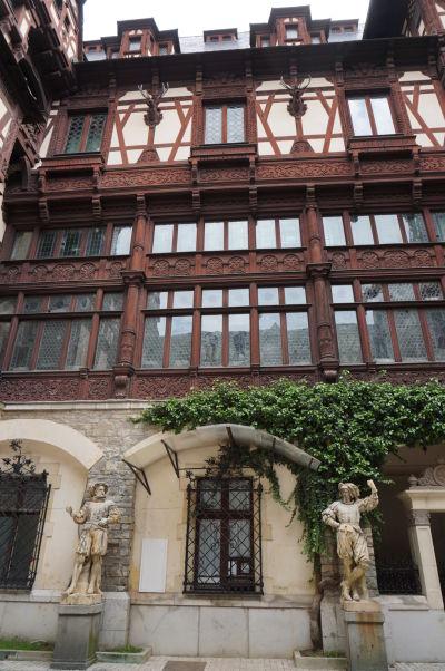 Nádvorie zámku Peleš - nezaprie typickú alpskú architektúru
