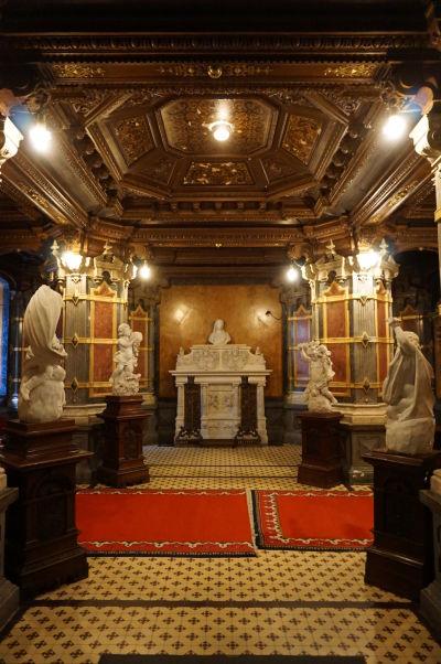 Vstupná hala so sochami z talianskeho mramoru