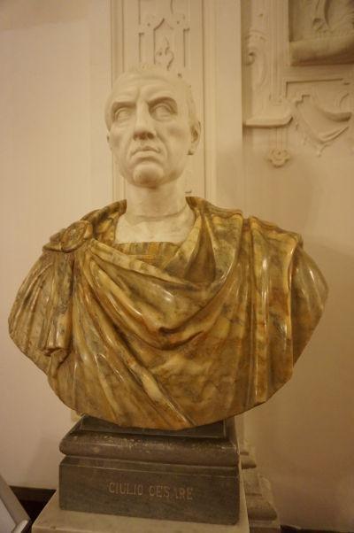 Busta Júlia Cézara pripomína orientáciu na taliansku renesanciu