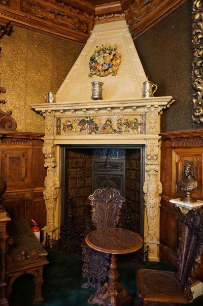 Honosný mramorový krb na zámku Peleš