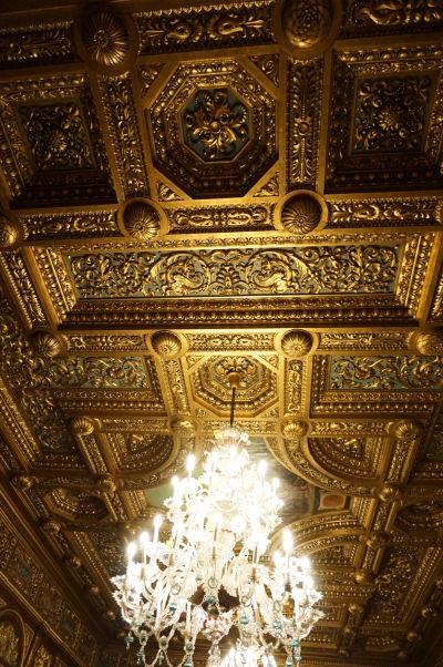 Masívne zdobený strop v miestnosti pre audiencie na zámku Peleš