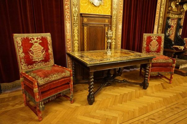 Honosný nábytok na zámku Peleš