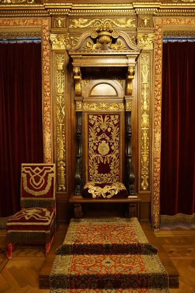 Kráľovský trón v miestnosti pre audiencie na zámku Peleš
