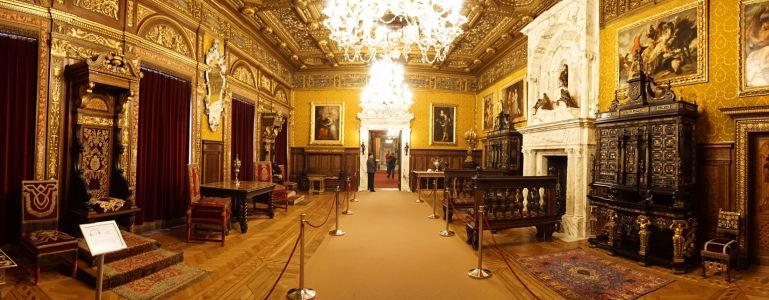Miestnosť pre audiencie na zámku Peleš - vľavo kráľovský trón, vpravo mramorový krb