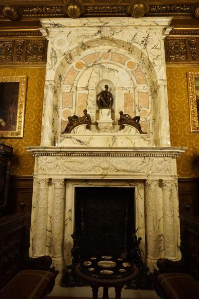 Mramorový krb na zámku Peleš