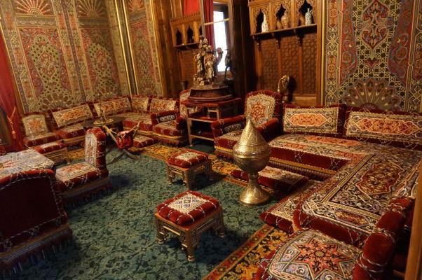Zámok Peleš - Turecký salón, ktorý slúžil ako fajčiarsky salón. Steny sú pokryté brokátom z Viedne, nábytok a koberce pochádzajú z Turecka a Perzie
