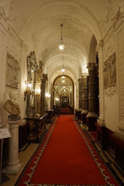 Hlavná prepojovacia chodba v zámku Peleš