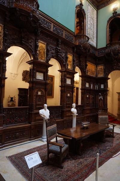 Hlavná Veľká hala v zámku Peleš so stoličkami kráľa a kráľovnej