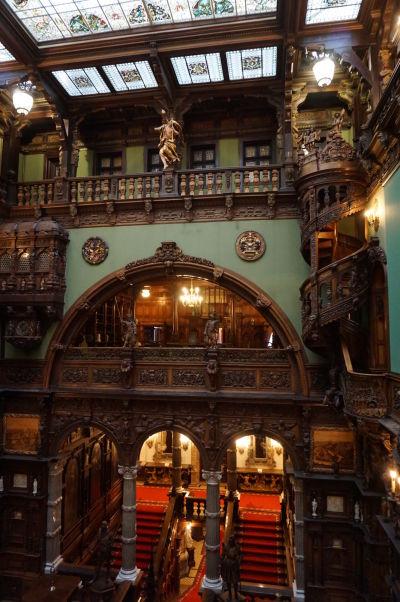 Veľká hala v zámku Peleš