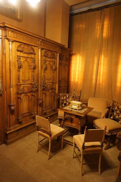 Honosný nábytok na hornom poschodí zámku Peleš