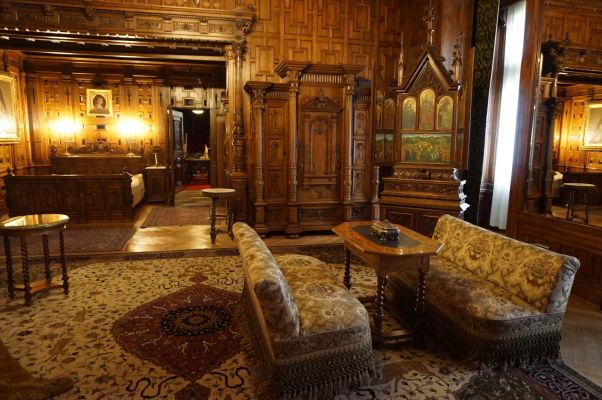 Honosný nábytok na hornom poschodí zámku Peleš - Salónik