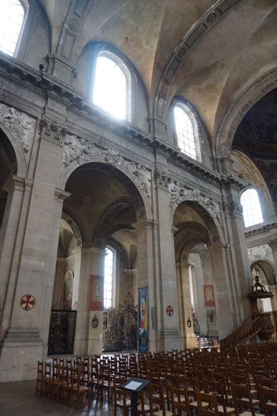 Stĺpy oddeľujúce hlavnú a bočnú loď katedrály v Nancy