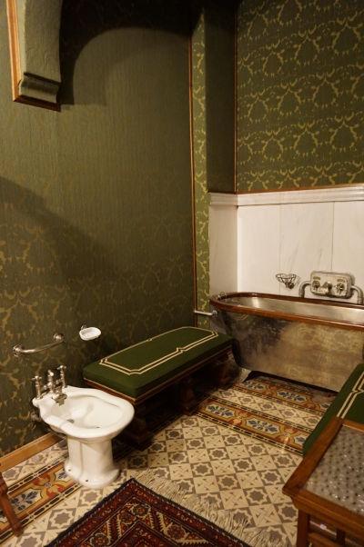 Kúpeľne na zámku Peleš ladia k príslušným spálňam