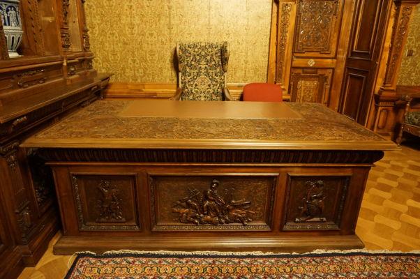 Honosný pracovný stôl na zámku Peleš