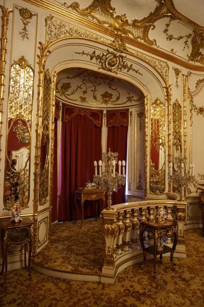 Bohatá vnútorná dekorácia obytnej miestnosti na zámku Peleš