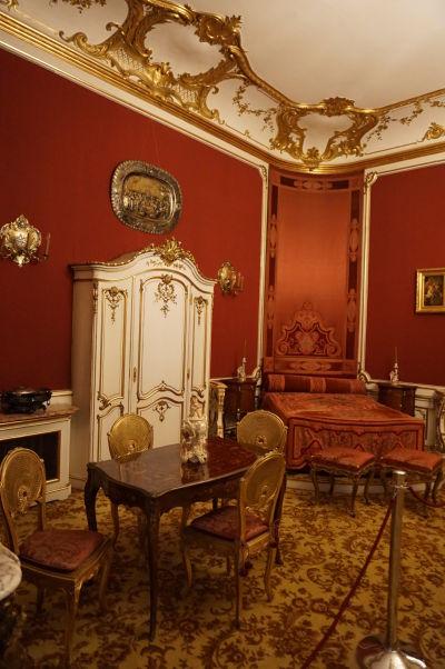 Jedna zo spální na zámku Peleš