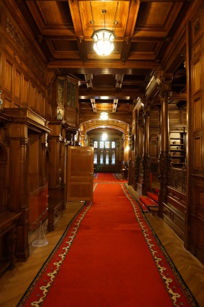 I prepojovacie chodby na prvom poschodí zámku Peleš sú bohato dekorované drevom