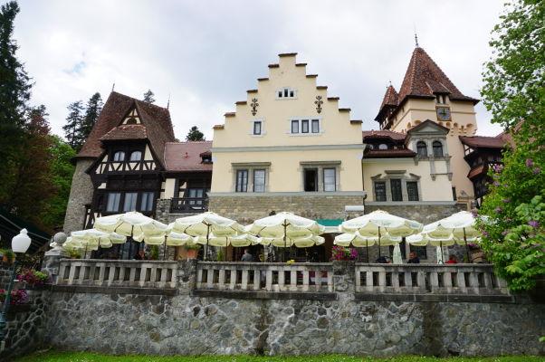Jedna z miestnych reštaurácií a hotelov v bezprostrednej blízskosti zámku Peleš