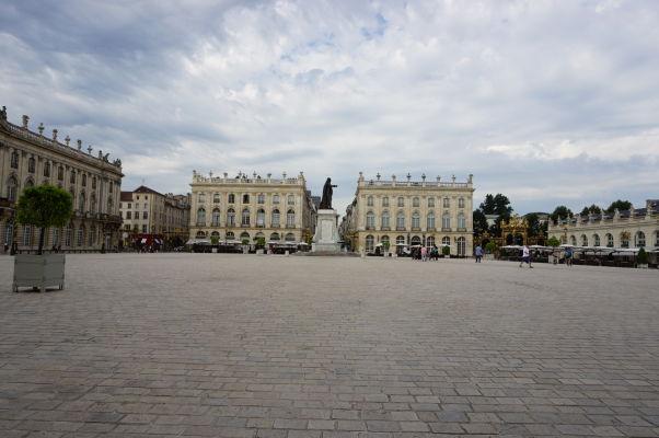 Námestie Place Stanislas v Nancy - uprostred socha vojvodu Stanisława, napravo od neho Múzeum výtvarných umení (Museé de Beaux-Arts)