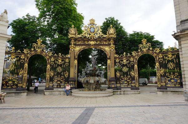Fontána v rohu námestia Place Stanislas v Nancy