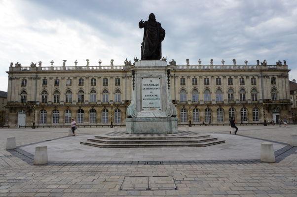 Socha vojvodu Stanisława pred mestskou radnicou (Hôtel de Ville) na námestí Place Stanislas v Nancy