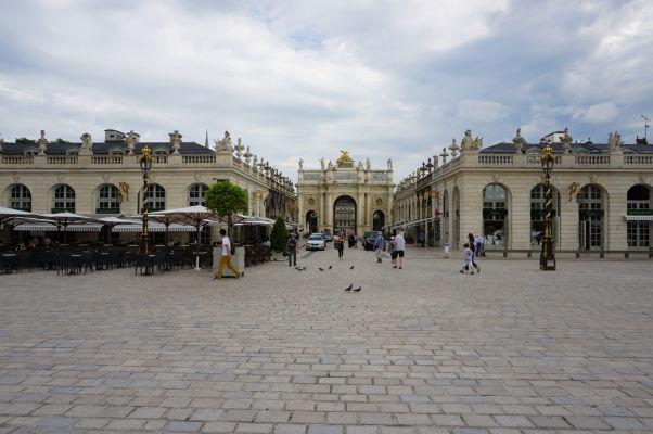 Pohľad z námestia Place Stanislas na Hérého ulicu (Rue Héré) a Hérého oblúk (Arc Héré) v Nancy