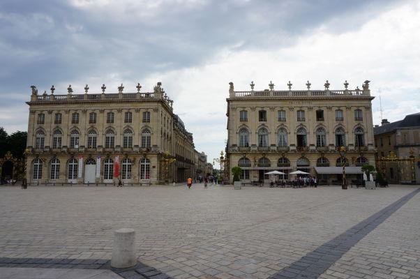 Dve z budov na námestí Place Stanislas v Nancy - vľavo Lotrinská národná opera (Opéra National de Lorraine), vpravo Grand Hotel