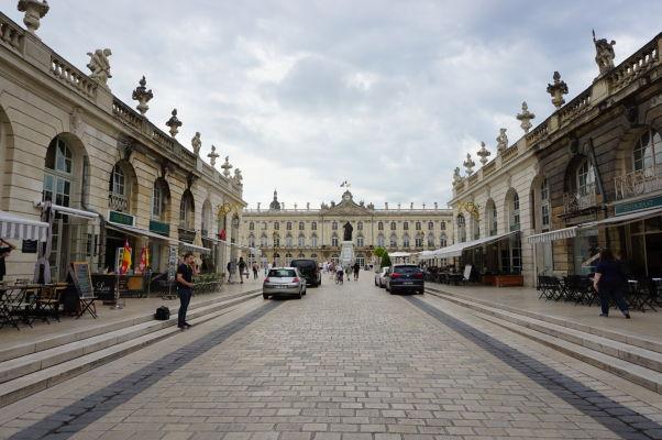 Pohľad na námestie Rue Stanislas a radnicu z Hérého ulice (Rue Héré) v Nancy