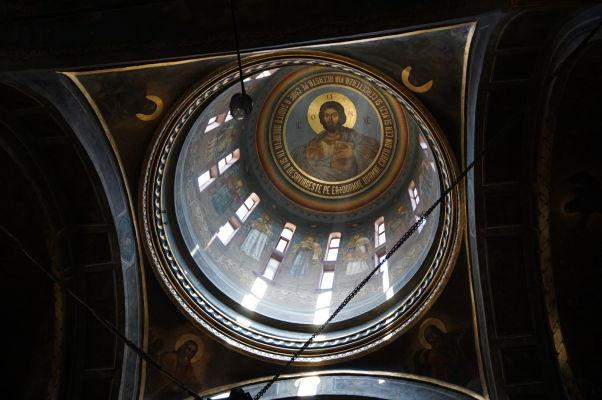 Hlavná kupola s typickým právoslávnym zobrazením Krista Pantokratora v kostole Starého knižacieho dvora v Bukurešti