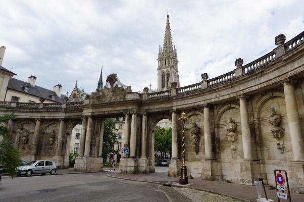 Kolonáda na námestí Place de la Carrière v Nancy