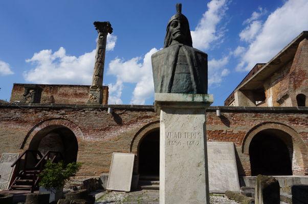 Ruiny Starého knižacieho dvora v Bukurešti a busta kniežaťa Vlada III. Cepeša, zvaného Drakula