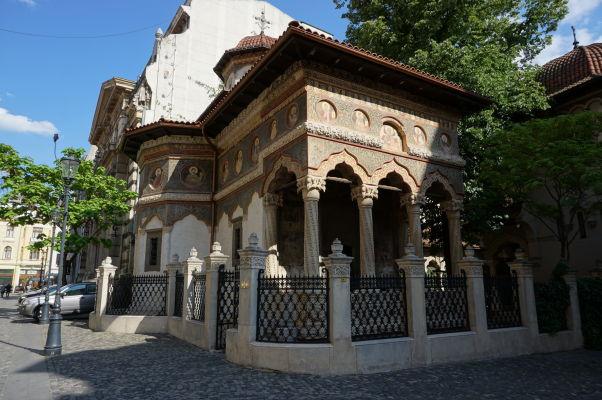 Kostolík Stavropoleos v Bukurešti, ktorý je súčasťou kláštora s rovnakým názvom