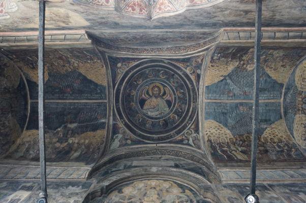 Strop vo vchode kostolíka Stavropoleos v Bukurešti, ktorý je súčasťou kláštora s rovnakým názvom