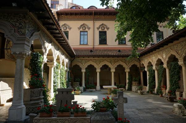Nádvorie kláštora Stavropoleos v Bukurešti