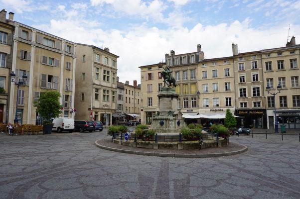Námestie Sv. Epvra (Place Saint-Epvre) v Nancy, v strede jazdecká socha vojvodu Reného II.