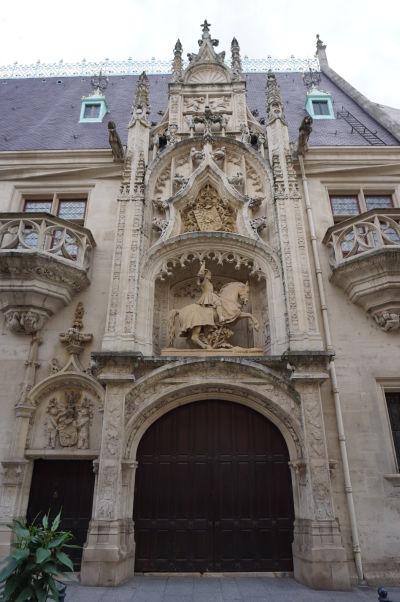 Vstupný portál do Vojvodského paláca (Palais Ducal) v Nancy s jazdeckou sochou vojvodu Antona